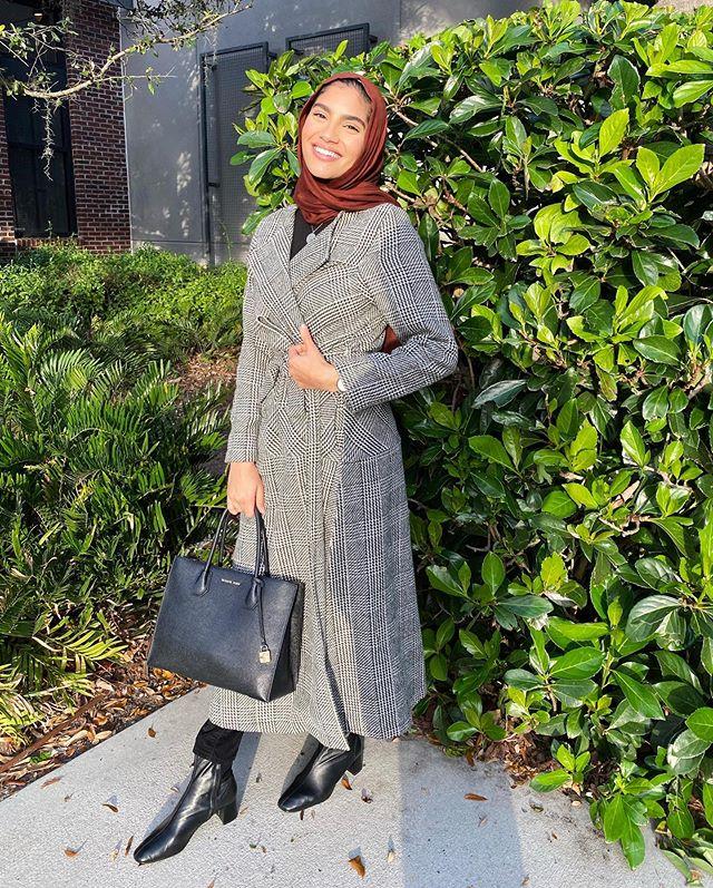 المعطف الرمادي الطويل من نهى حامد