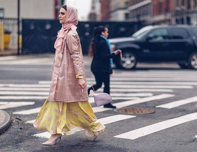 المعطف الكاروهات مع الفستان المطبع بالورود، لاطلالة مثالية من أزياء الشارع