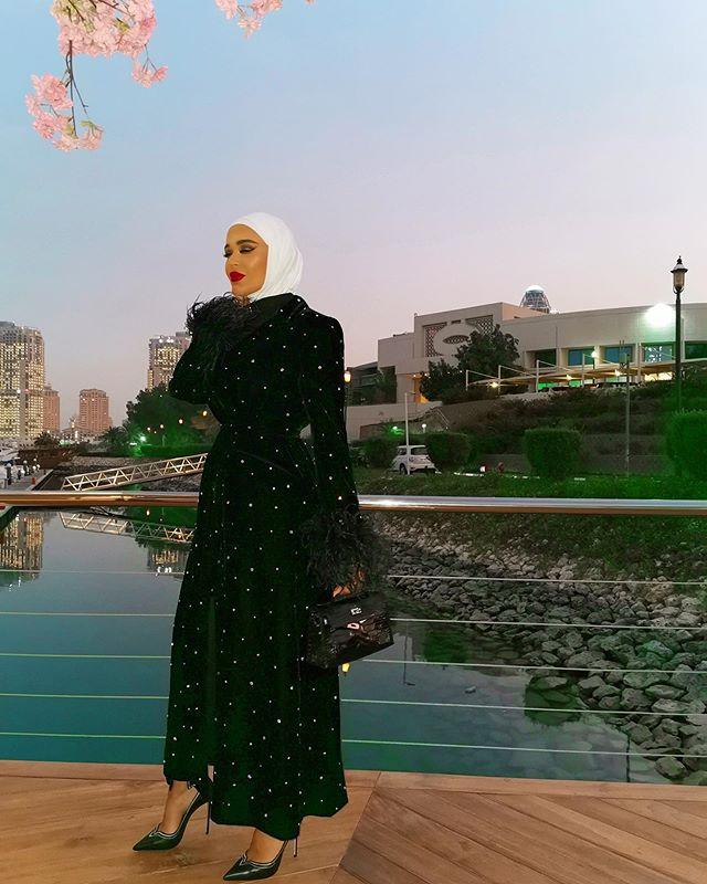 فستان أسود منقط بالخرز من مرمر محمد