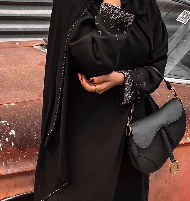 اعتماد اكسسوارات باللون الأسود لاطلالة محايدة من مريم التميمي