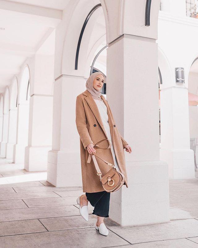 المعطف البيج مع الجينز والتوب