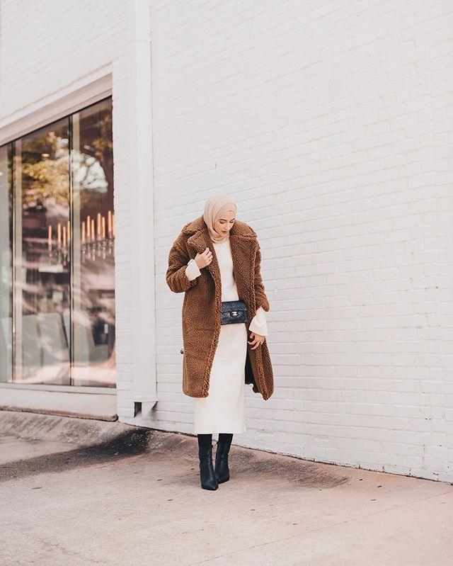 المعطف باللون البيج الداكن من جلد الخروف