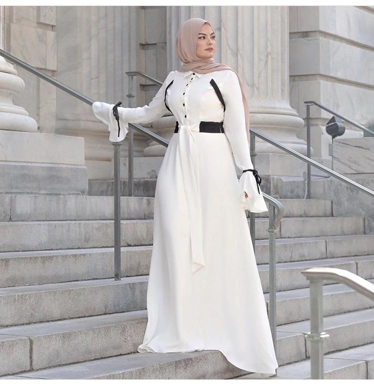 أمية زين في فستان ساتان مخملي