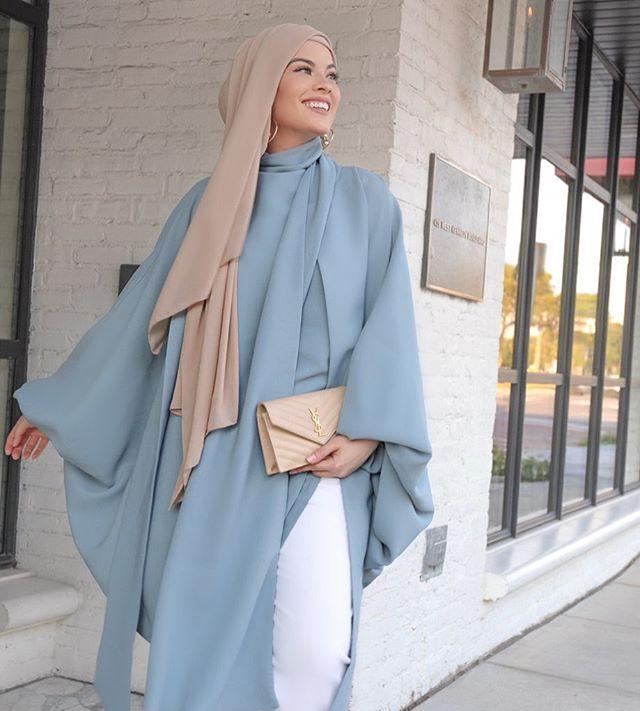 البلوزة الطويلة الشيفون باللون الأزرق السماوي من أمية زين