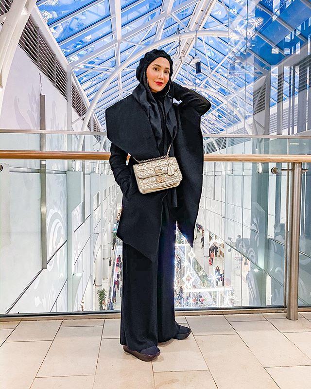 أمينة خان بالبالطو الكلاسيكي