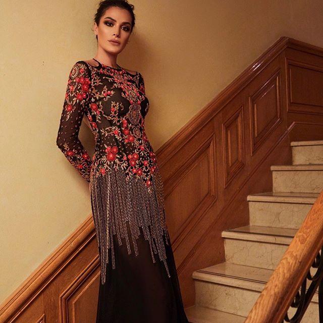 الفستان الأسود مع تطريزات الورود الحمراء بأسلوب Maison Lesley