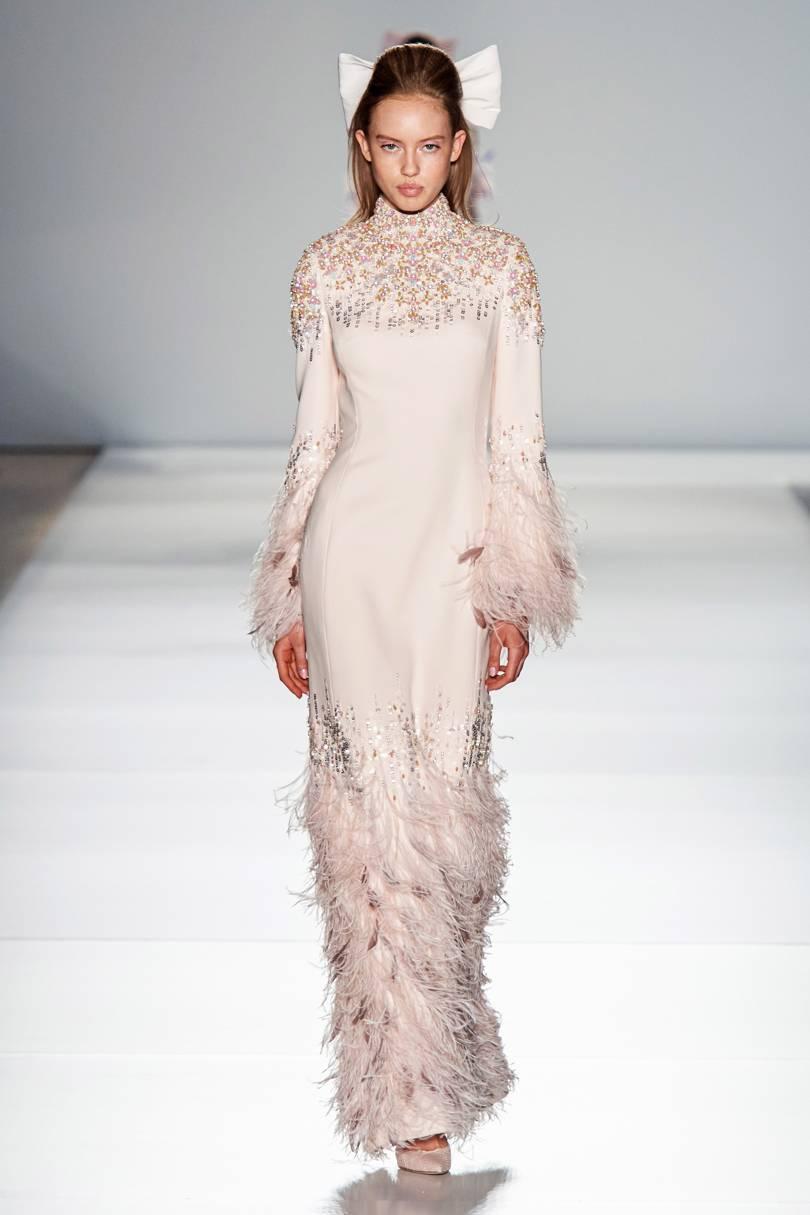 الفساتين الميدي الطويلة مع تطريز الريش
