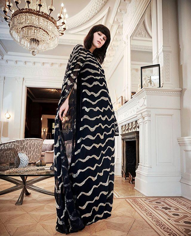 الفستان الميدي الطويل الأسود مع الخطوط المتمايلة من Reem Acra