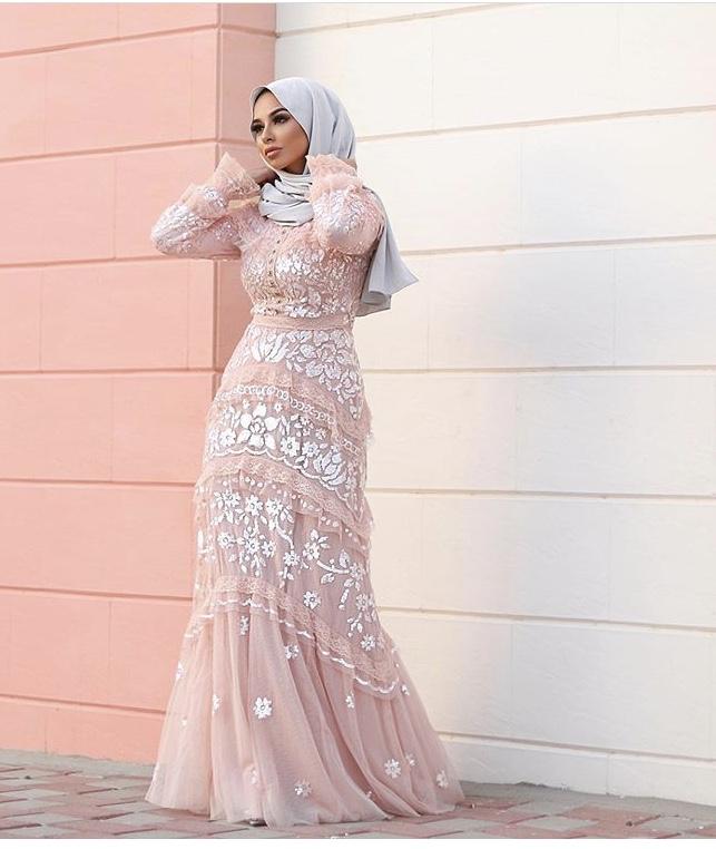 فستان مخملي من سهات مات مع التول والدانتيل