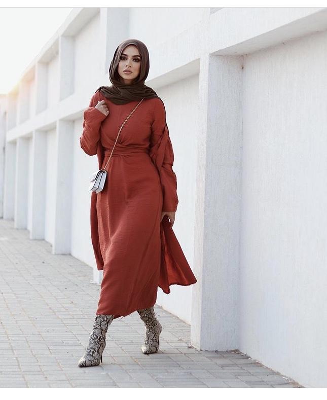 الفساتين الميدي الطويلة لاطلالة كاجوال مع تنسيق شتوي