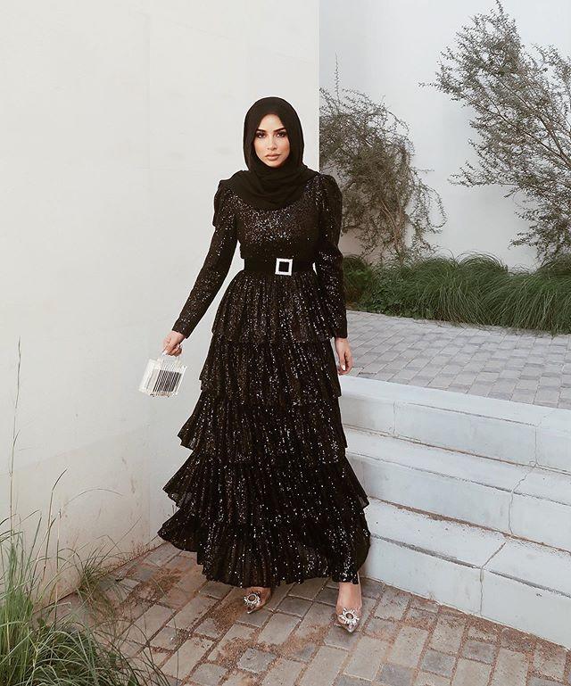 الفساتين من الخصر العالي والتصميم الطبقي