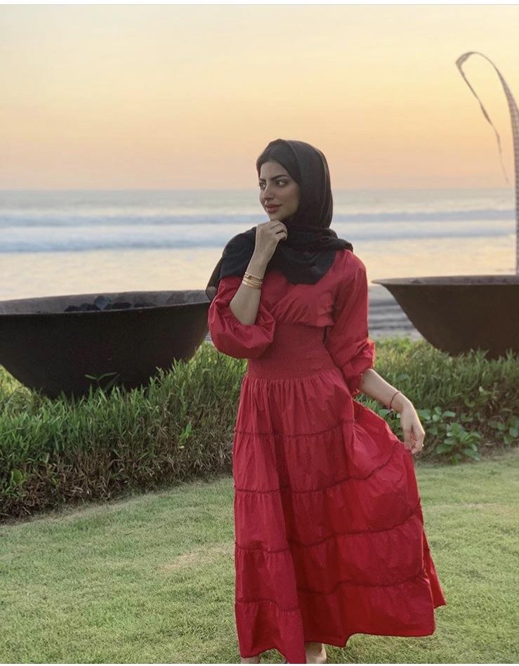 فستان طبقي متدرج باللون الأحمر الجريء من شهد الزهراني