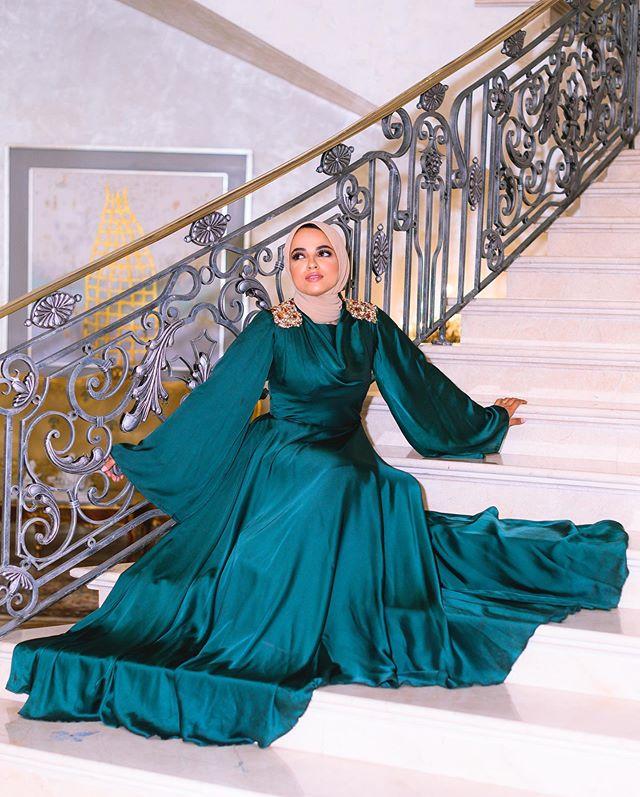 الفساتين من خامة الساتان الناعمة مع الموديل المنفوش