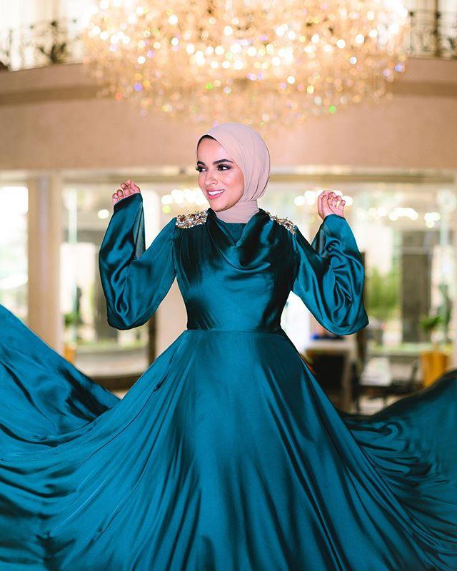 فستان بسيط من الساتان الحريري على طريقة سحر فؤاد