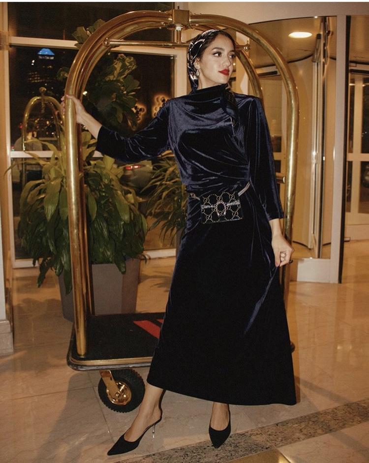 فستان مخملي أسود من سالي عاشور