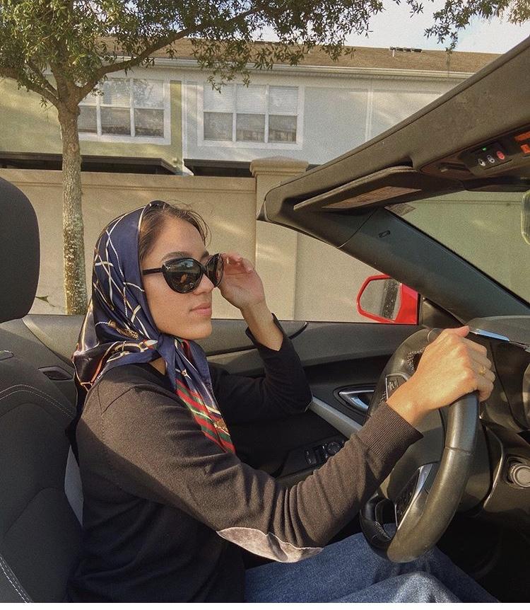 سالي عاشور باطلالة كلاسيكية مستوحاة من التسعينيات باختيار الحجاب السكارف