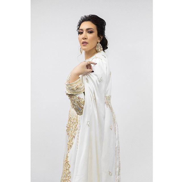 قفطان مغربي أبيض مع ذهبي من أسماء المنور