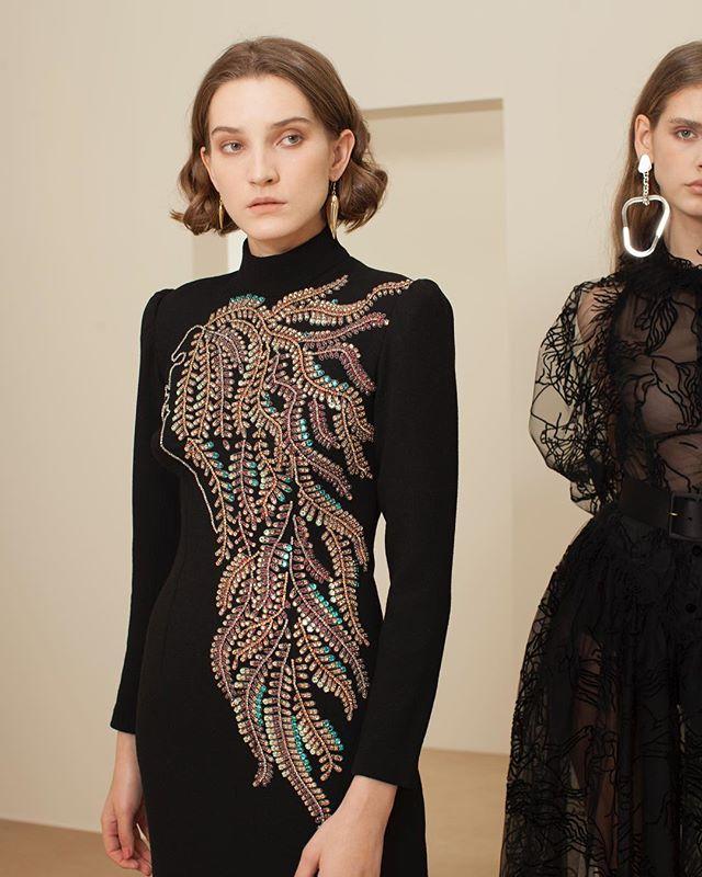 الفستان الأسود مع تطريزات الخرز المعدني من Sandra Mansour
