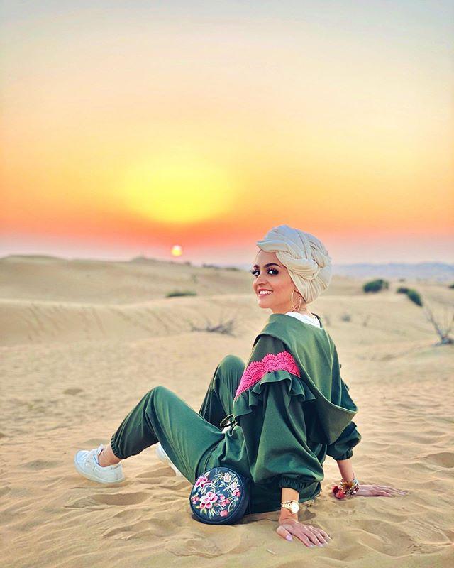 السنيكرز مع البدلة الرياضية الملونة سارة عثمان
