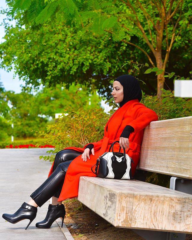 المعطف الأحمر الفاقع من أسرار السعيد وتنسيق جرئ