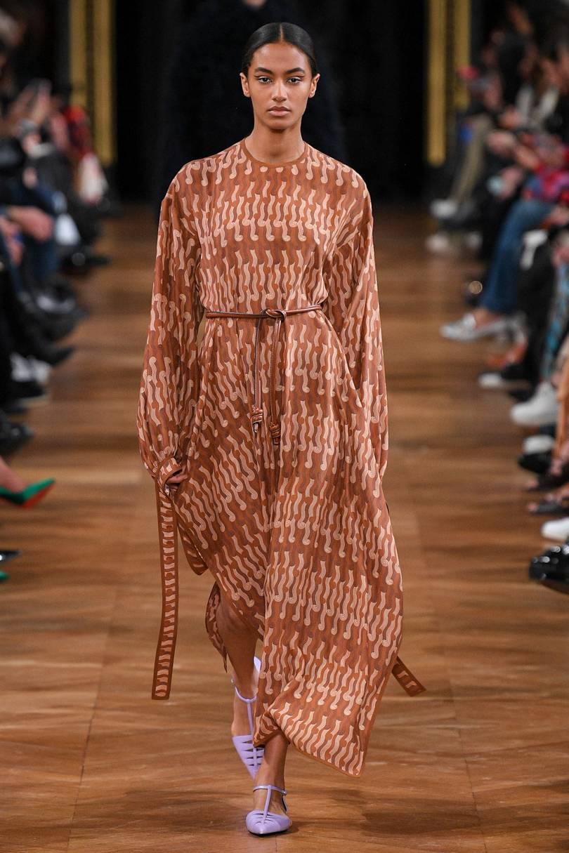 العباية الفستان مع حزام الخصر العريض من Stella McCartney