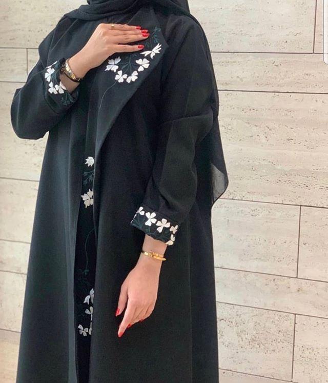 العبايه المعطف السوداء المفتوحة المطرزة من الورود