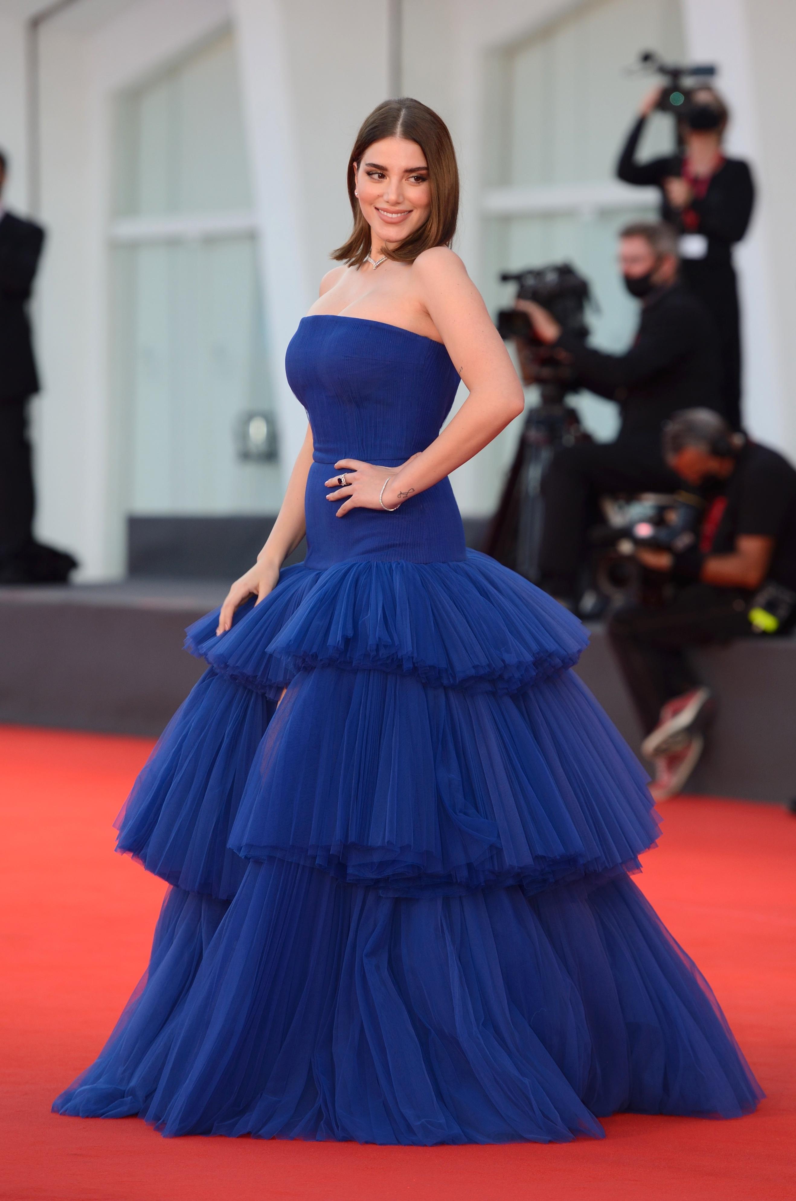 سينثيا صمويل بفستان باللون الأزرق النيلي