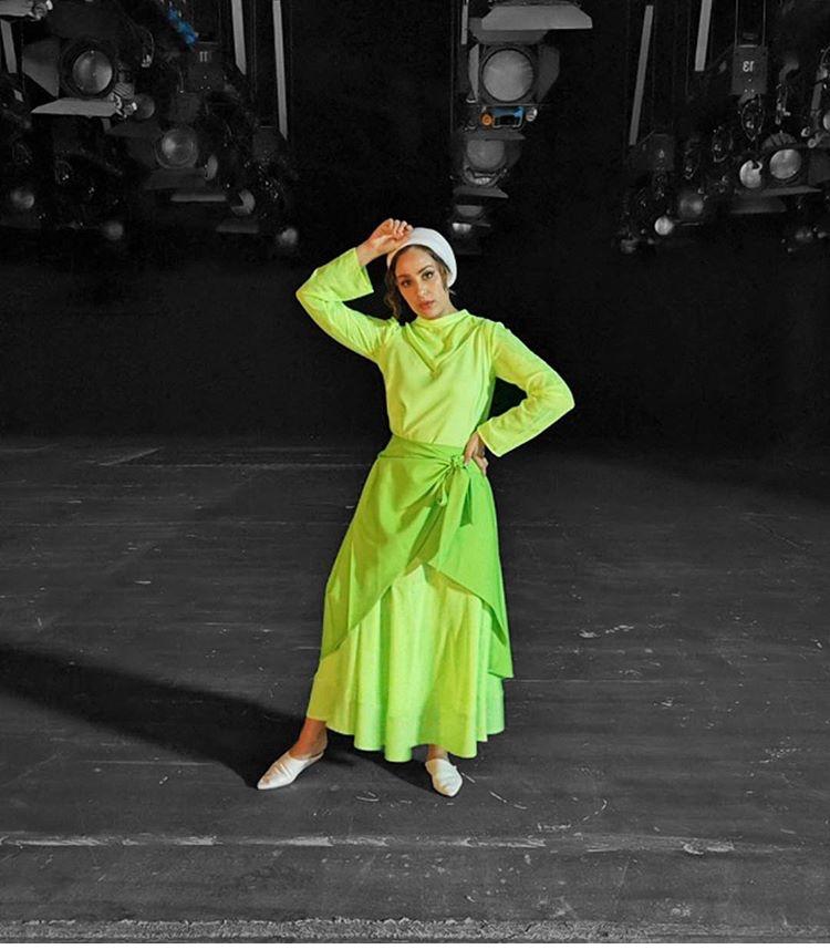 الفاشينيستا آسيا بفستان أخضر فاقع بلمسة عصرية
