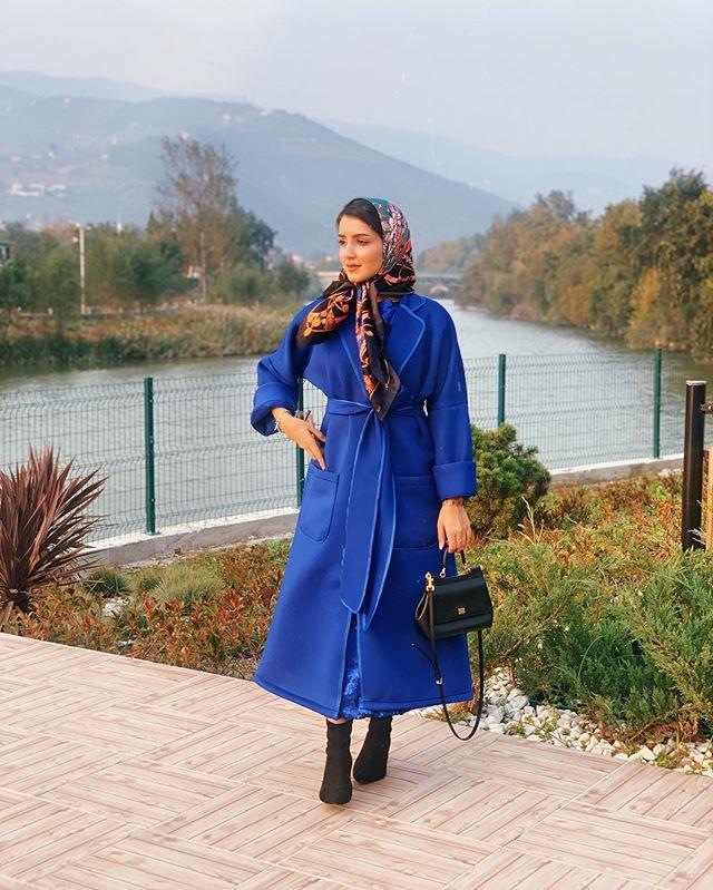 معطف أزرق وتنسيق مستوحى من أجواء الستينات لخولة المراغي