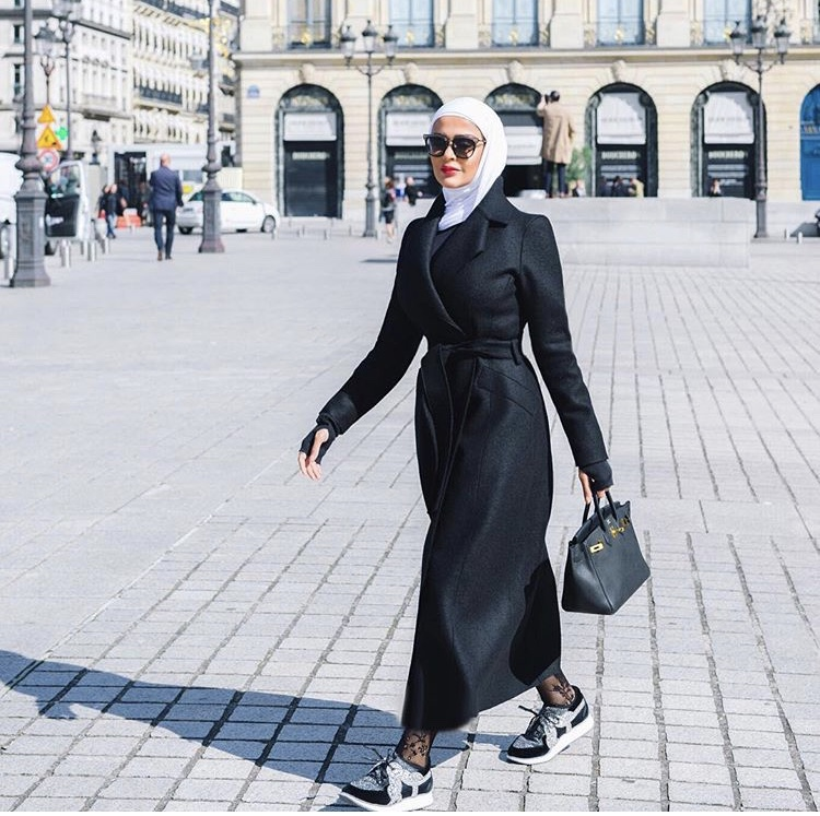 المعطف الصوف الأسود