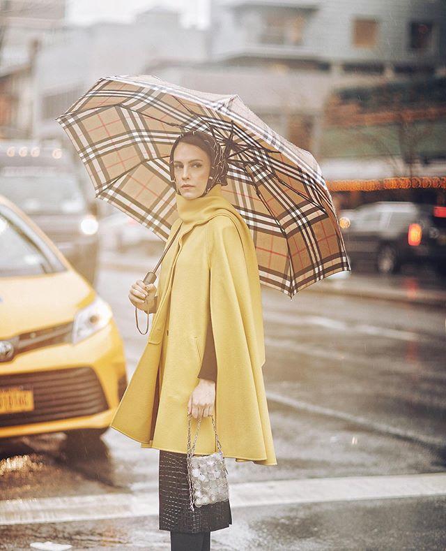 المعطف الكاب باللون الخردلي لاطلالة جذابة من مادموزيل ميمي