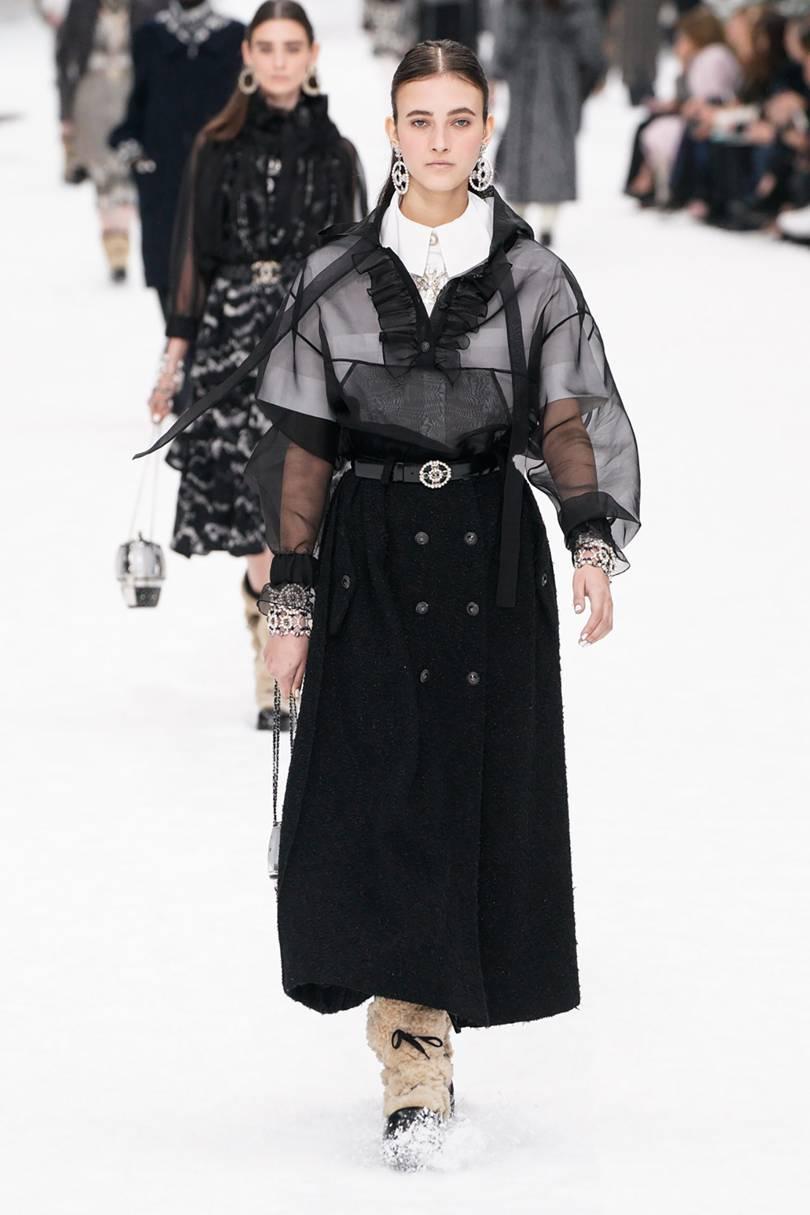 التنانير طويلة عالية الخصر من Chanel مع الأزرار الأمامية
