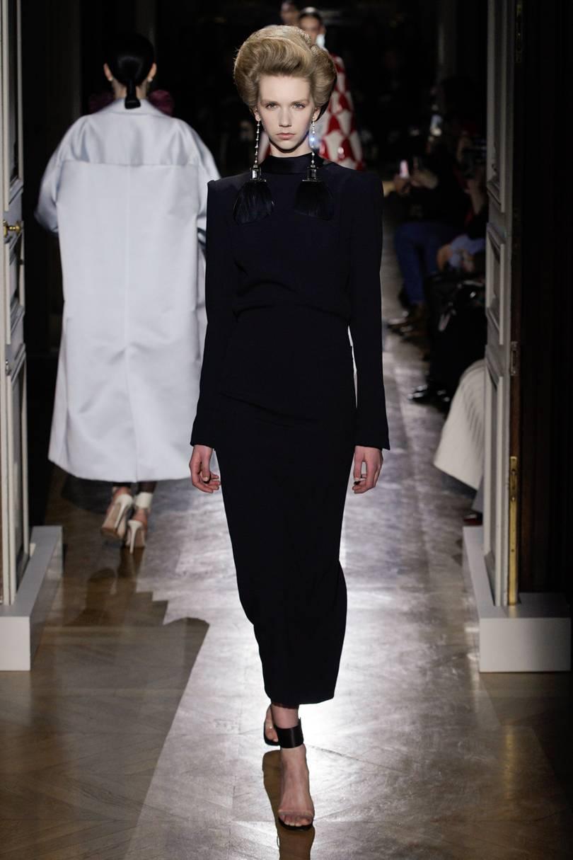 الفستان الطويل الأسود لإطلالة بسيطة