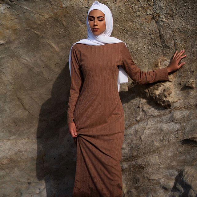 العبايه الفستان باللون البيج البني