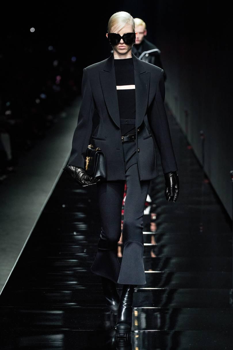 البدلة مع بنطلون الجرس من Versace