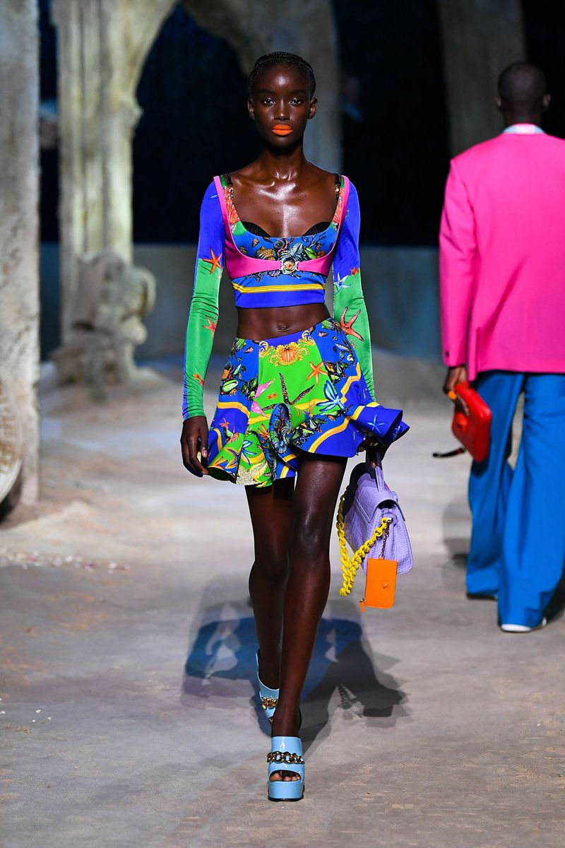 الفساتين المكشكشة مع الألوان الفاقعة من مجموعة فيرساتشي