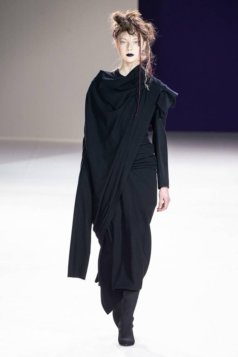عبايات سوداء من Yohji Yamamoto