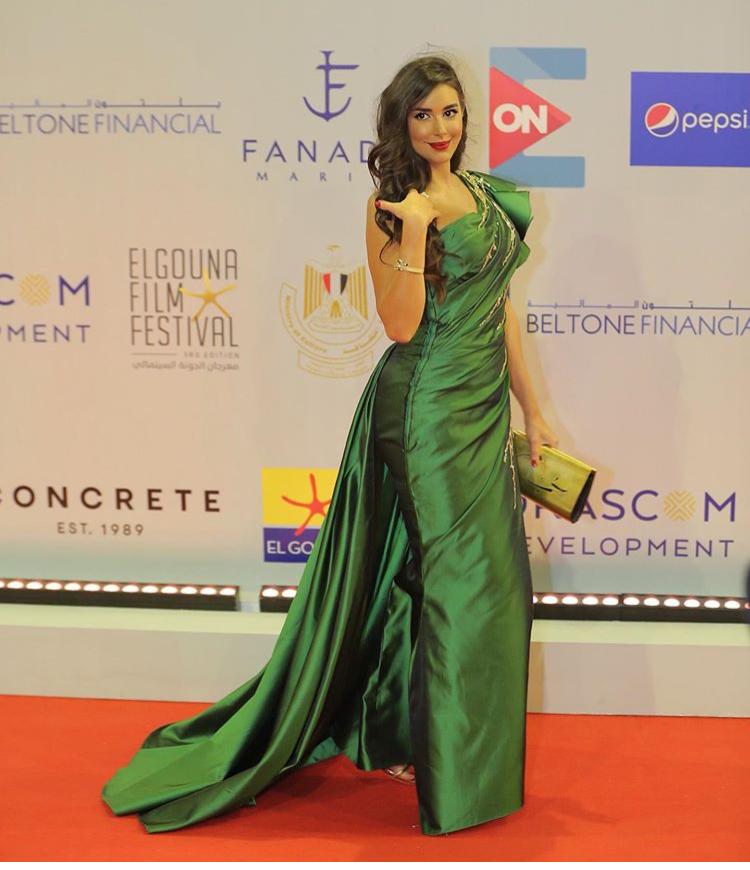 ياسمين صبري بفستان أخضر من الساتان اللامع