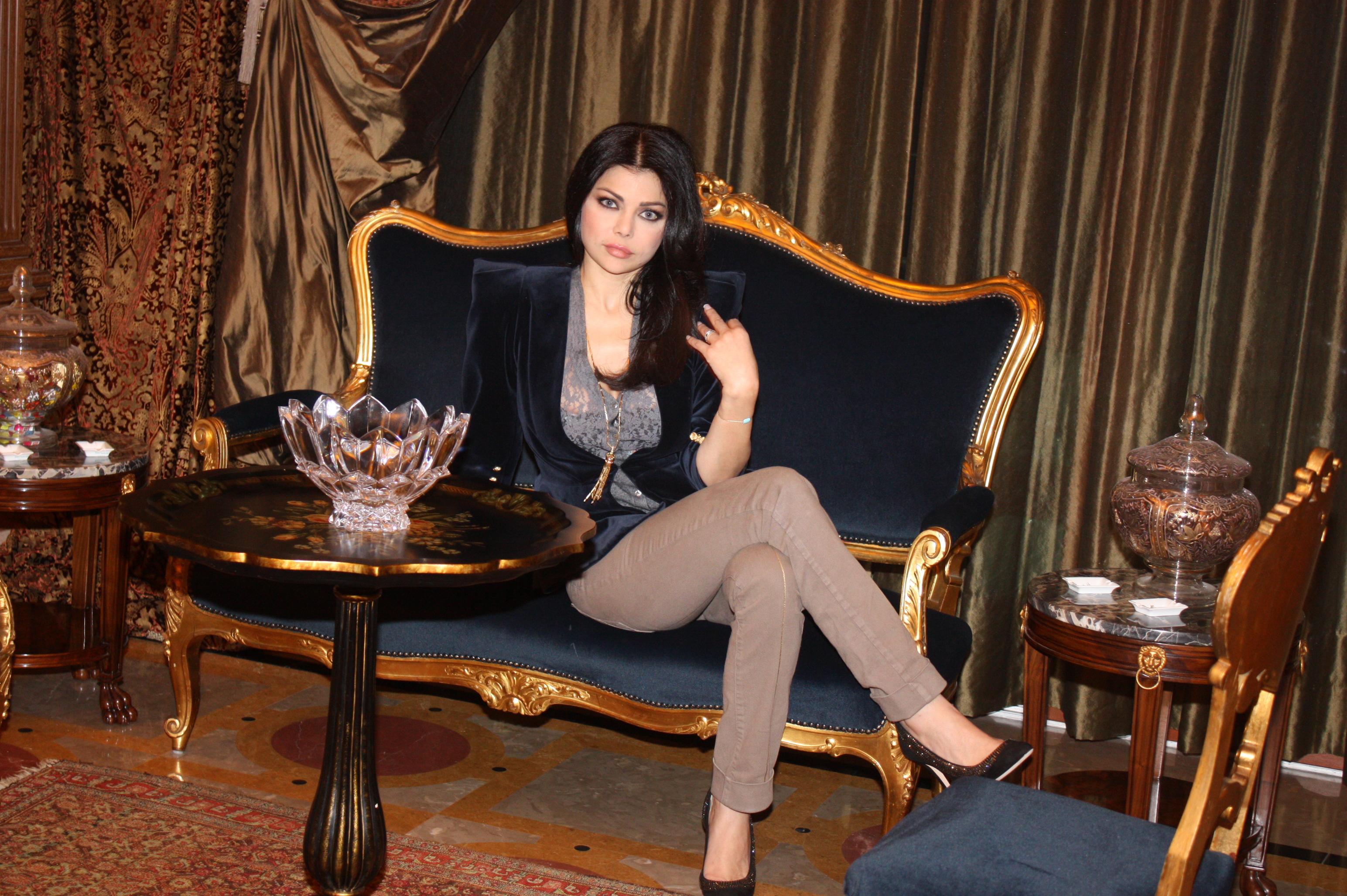 هيفاء وهبي تجلس في صالون منزلها