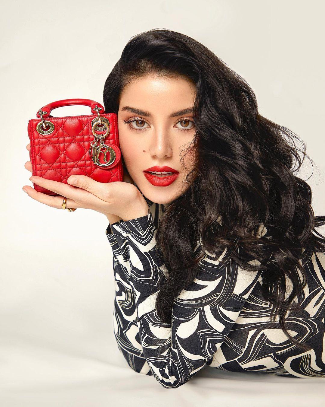 سينتيا صموئيل بحقيبة يد باللون الأحمر الصورة من حسابها على انستغرام