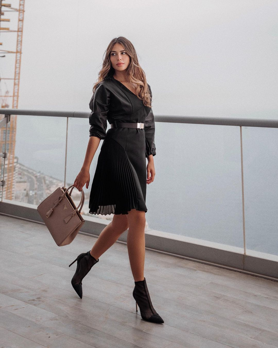 لما العقيل بحقيبة يد كبيرة باللون البيج الصورة من حسابها على انستغرام