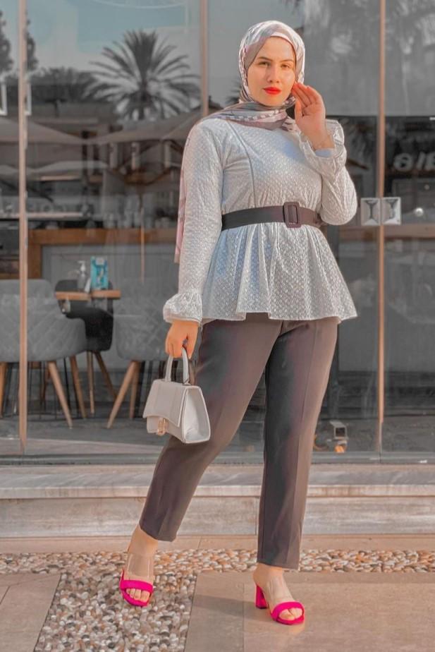 سلمى عبدالعظيم بإطلالة رسمية حيادية الألوان -الصورة من حسابها على الانستغرام