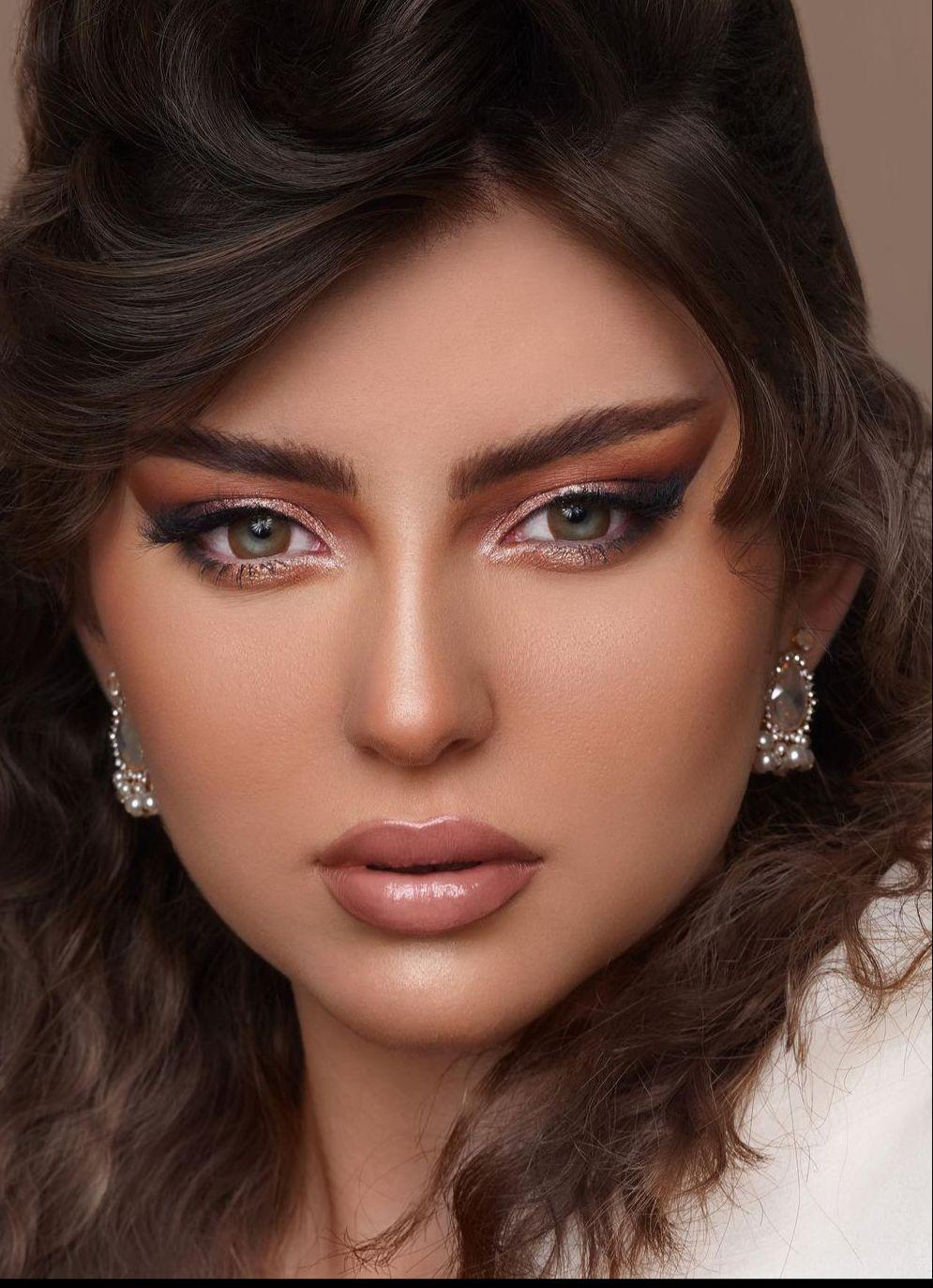 1 مكياج سموكي لامع باللون الاسود من خبيرة التجميل تهاني -الصورة من حسابها على الانستغرام