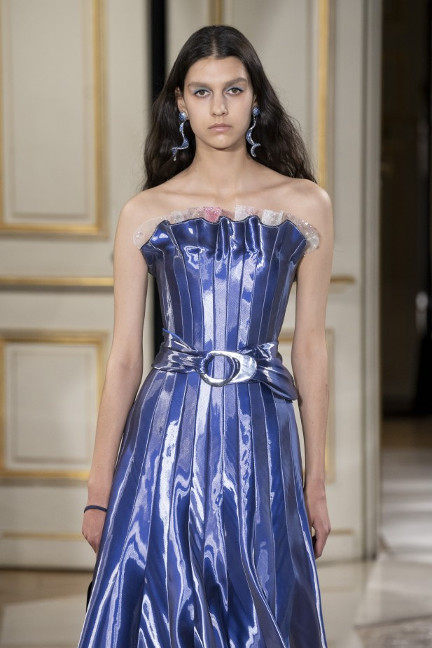 فستان أزرق لامع من مجموعة جورج أرماني 2022
