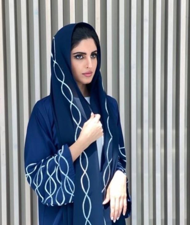 4 راف العتيبي بعباية شبابية -الصورة من حسابها على الانستغرام