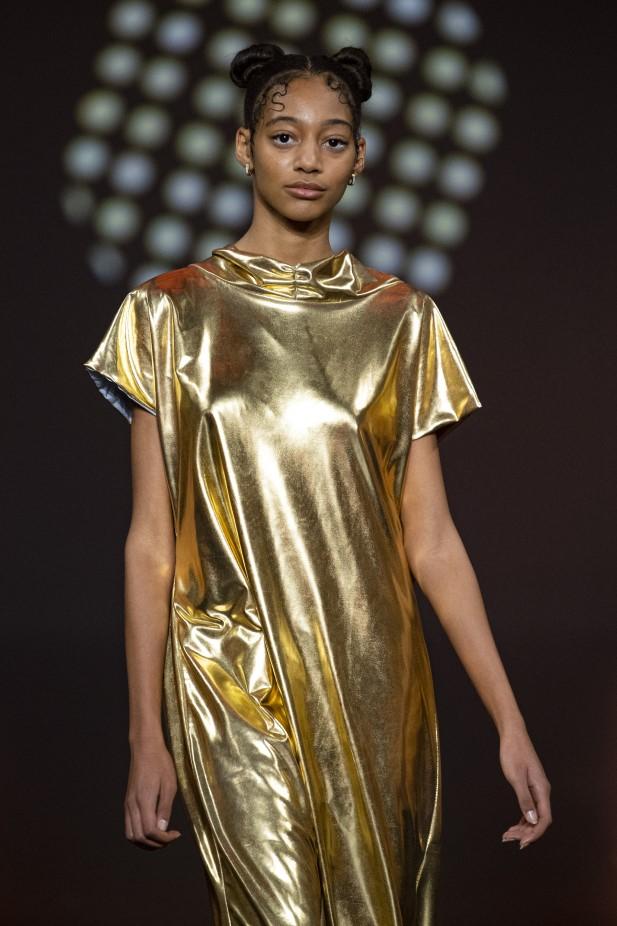 فستان ذهبي من مجموعة Casa Preti لعام 2022