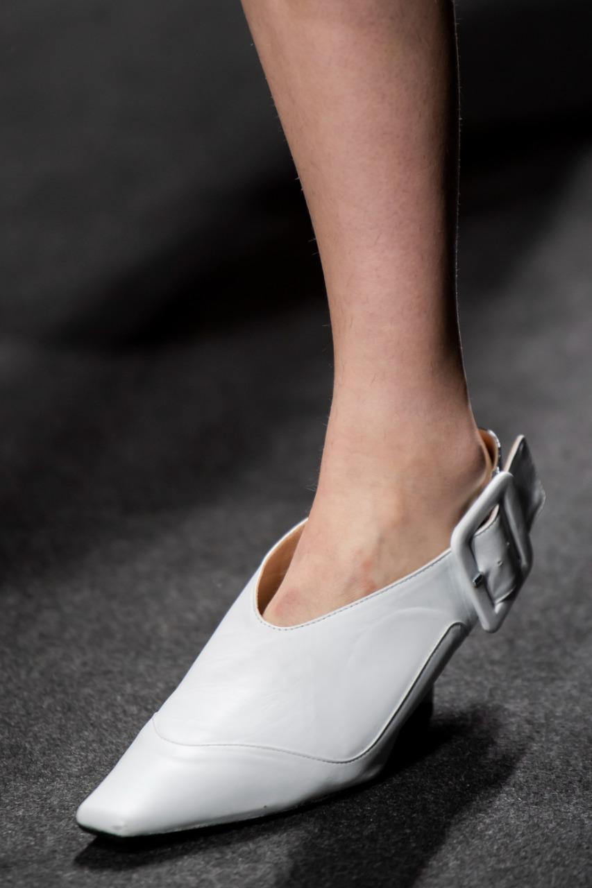 حذاء باللون الأبيض من ماركة Shi.RT