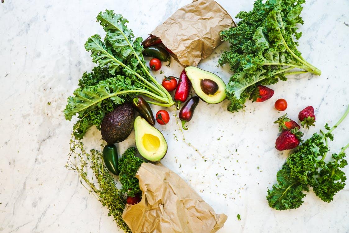 أطعمة تساعدك على الظهور ببشرة أصغر بعشر سنوات