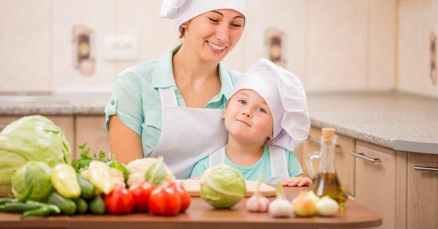 اذهب إلى المطبخ والعب بجزيئات الدقيق مع طفلك