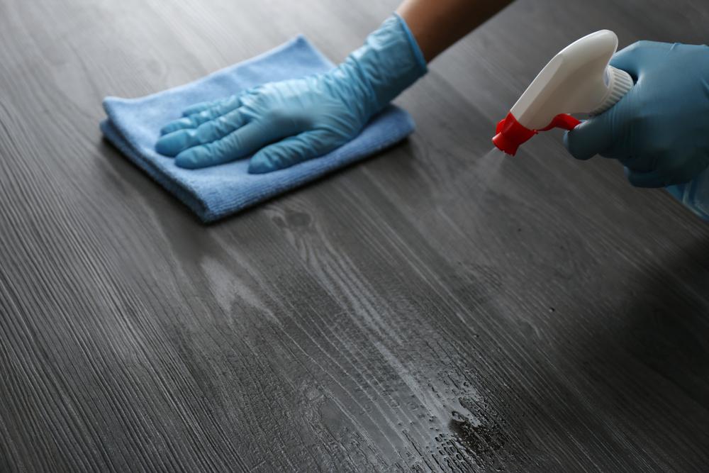 تنظيف الخشب الأسود
